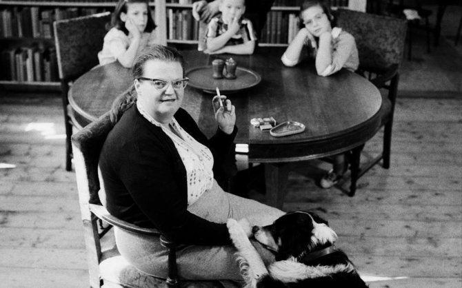 En la imagen, la escritora Shirley Jackson en una imagen de 1956 con sus hijos.