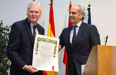 Ruiz Escudero entrega el Premio Fernández- Cruz al Nobel de Medicina Michael Young