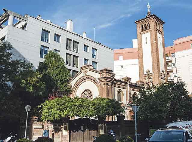 La iglesia de San Jorge se encuentra en la esquina con Núñez de Balboa. Es uno de los dos espacios de culto de esta calle.