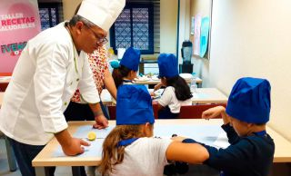 La Junta de Vicálvaro pone en marcha una serie de talleres para jóvenes y niños cuyo objetivo es fomentar los hábitos saludables: alimentación, ejercicio y prevención de trastornos alimenticios figura...
